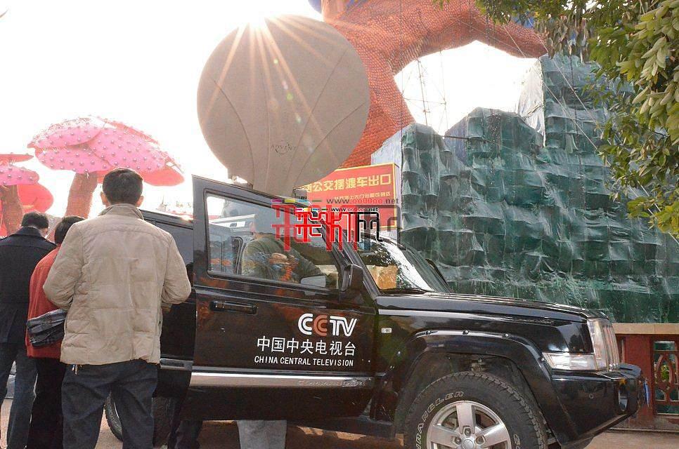 央视首次以现场直播方式展示自贡灯会盛况