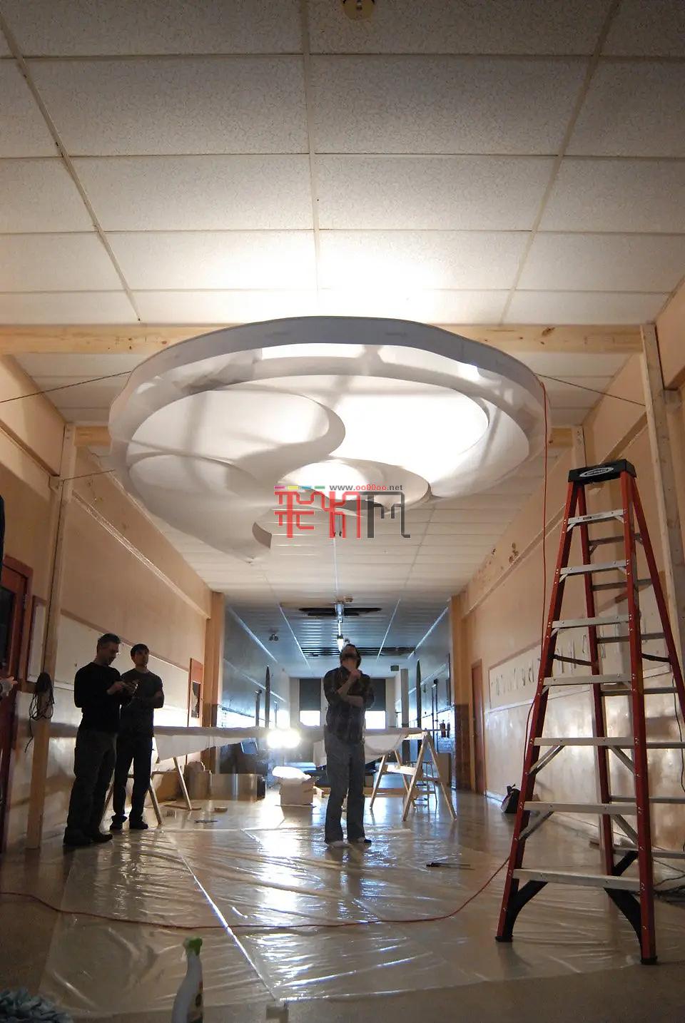 悬浮的发光云,螺旋般的灯光装置